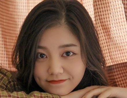 圆脸女生偏分长刘海烫发发型