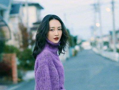 女生中分长刘海黑色卷发发型