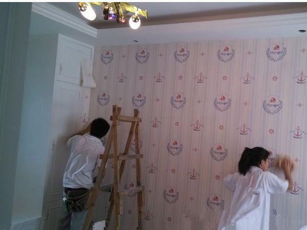 越来越多人不用胶水贴墙纸了,现在流行用这种,无污染效果好十倍