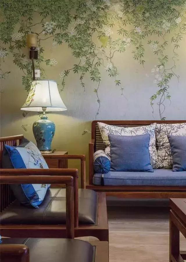 墙面装饰怎么选?贴壁纸还是刷胶漆?